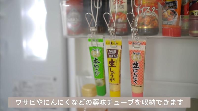 > 冷蔵庫の中なら薬味チューブをすっきり収納できる。食べかけのお菓子を閉じるにも活躍する。